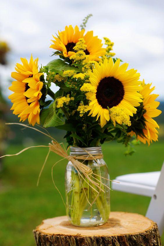 Sắc vàng của hoa hướng dương cũng không thể thiếu